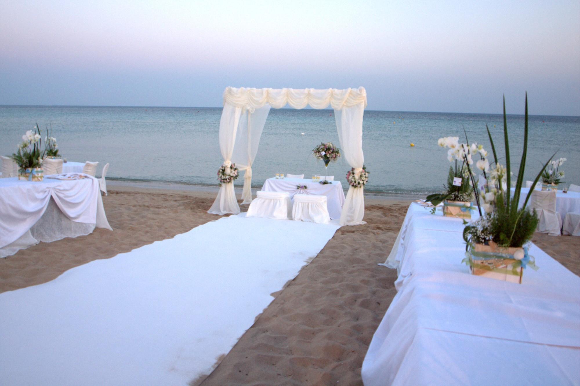 Matrimonio In Spiaggia Economico : Mondragone dà il via ai matrimoni in spiaggia clarus