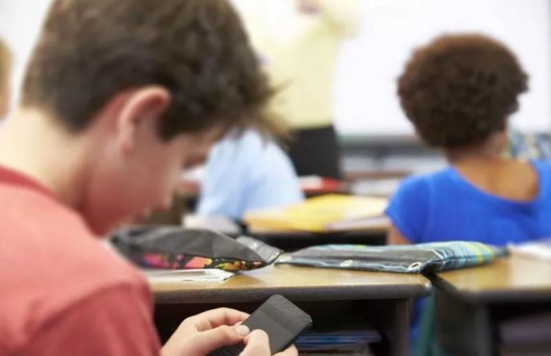Addio divieto, lo smartphone potrà tornare nelle scuole italiane