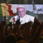 """Gmg 2016: alla Festa degli italiani, Papa Francesco chiede ai giovani di fare """"ponti umani"""""""