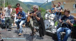 Eugenio Bennato suona con i ragazzi del liceo galilei a Piedimonte Matese